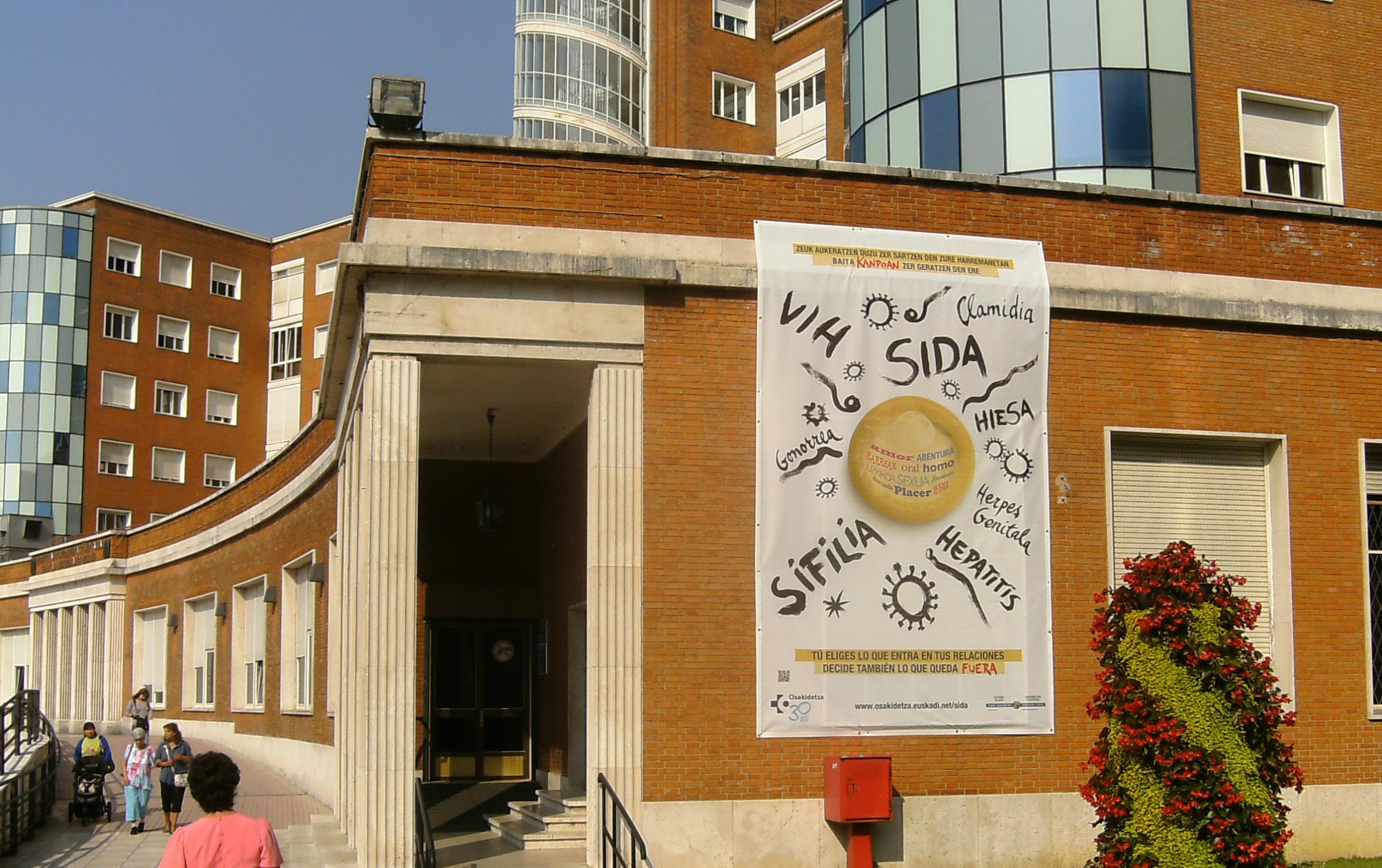 Pancartas en exterior de edificios hospitalarios