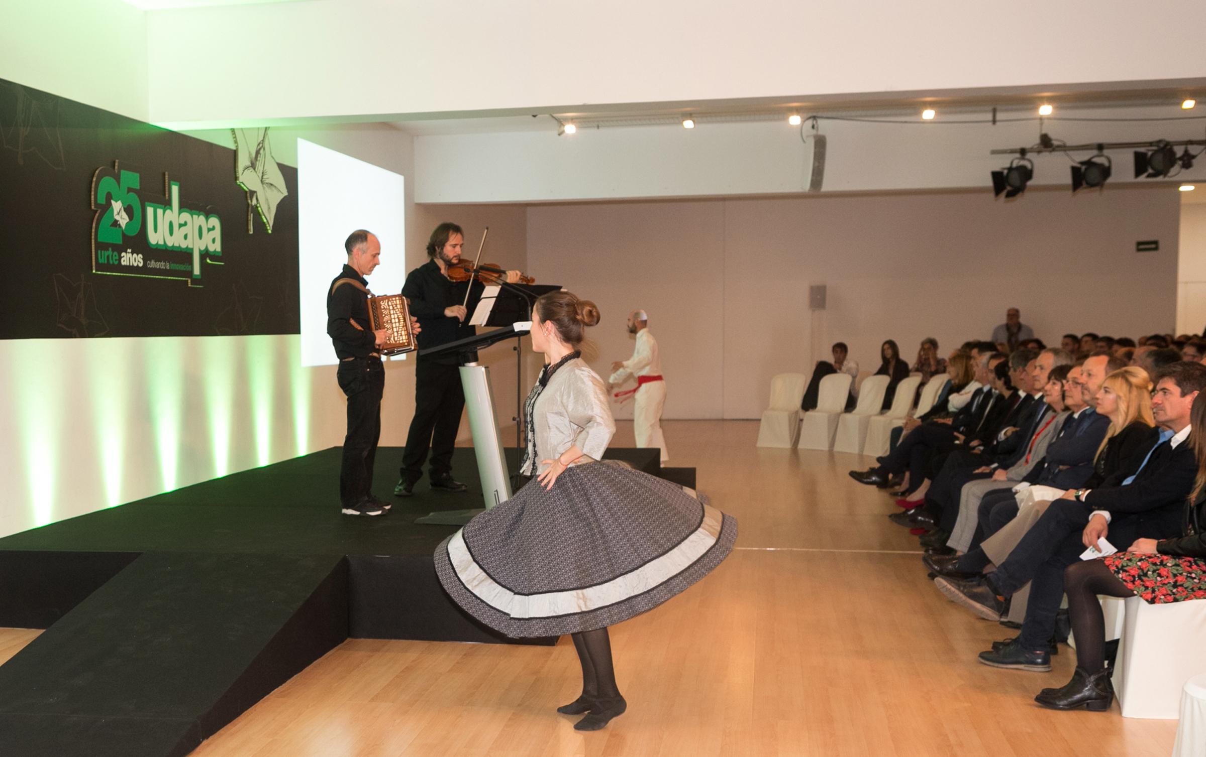 Acto celebrado en Artium amenizado con música y danza